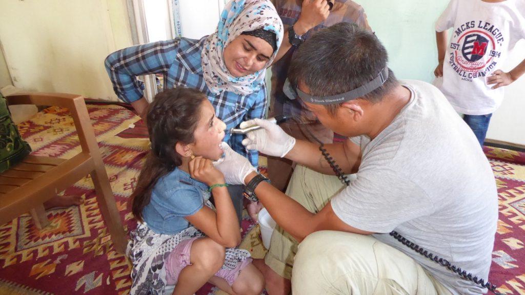 Eliya gives dental treatment to IDPS near Kobane