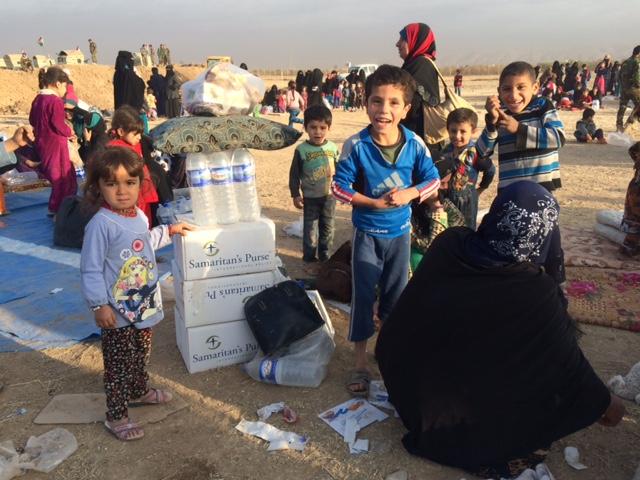 Children gather around aid delivered to Abu Jarbuah. Photo: FBR.