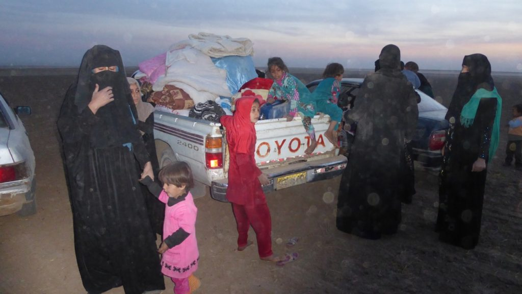 IDPs unload their belongings at the camp outside Bashiqa. Photo: FBR.