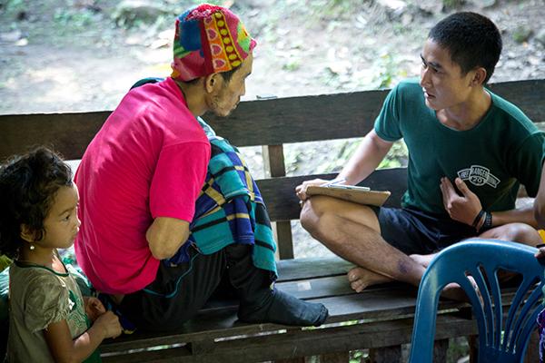 A JSMK medica interviews a patient about his abdominal pain.