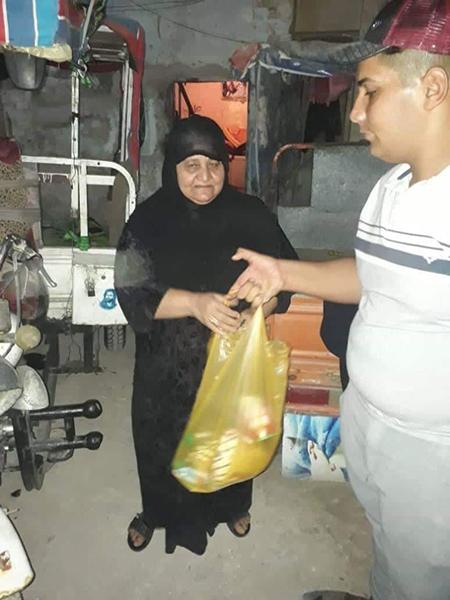 Distributing food in Basra