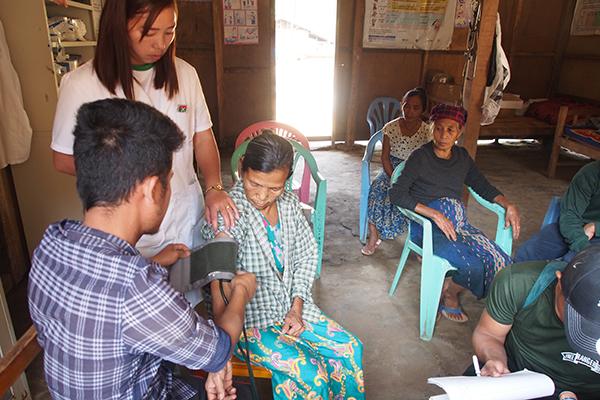 Karen medics from JSMK treat Kachin IDPs.