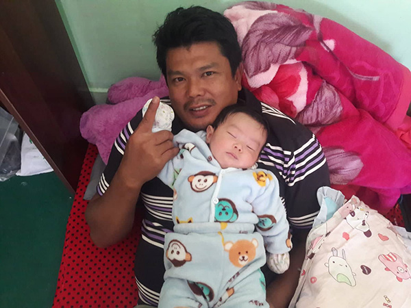 Zau Seng with his daughter
