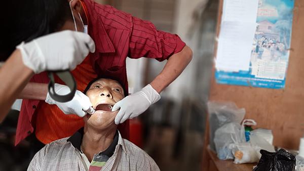 Providing dental care to Kachin IDPs.