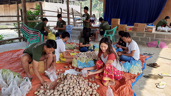 Preparing food supplies to give to Kachin IDPs.