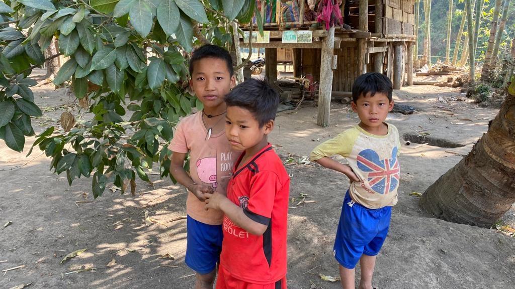 Tha Kaw Toh Bah children at an IDP hide site